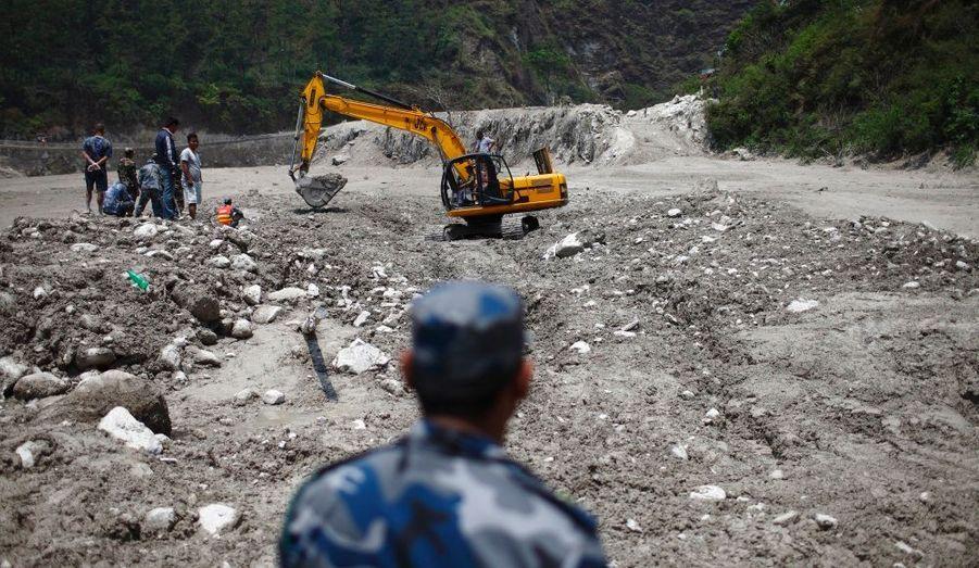 Des équipes de secours poursuivent les recherches dans le massif des Annapurna, au Népal, après une brusque montée des eaux de la rivière Seti samedi dernier. Les villages ont été balayés, faisant une quarantaine de disparus.
