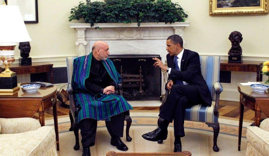 """En visite officielle depuis lundi à la Maison Blanche, le président afghan, Hamid Karzaï, est venu essayer d'enterrer la hache de guerre. Les soupçons de fraude électorale émis par le gouvernement américain à son encontre l'avait en effet poussé à menacer de """"retourner du côté des talibans"""". De son côté, Barack Obama a assuré que les Etats-Unis, malgré le retrait de leurs troupes prévu pour 2011, restaient très concernés par l'avenir de l'Afghnastan."""