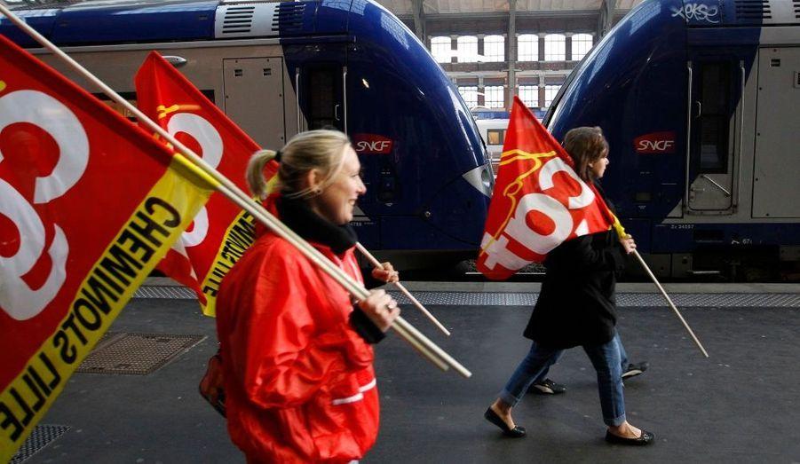 Des syndicalistes CGT, sur les quais de la gare Lille-Flandres. De nombreux syndicats –dont SUD et FO- se sont mobilisés pour une grève reconductible contre le projet de réforme des retraites du gouvernement.