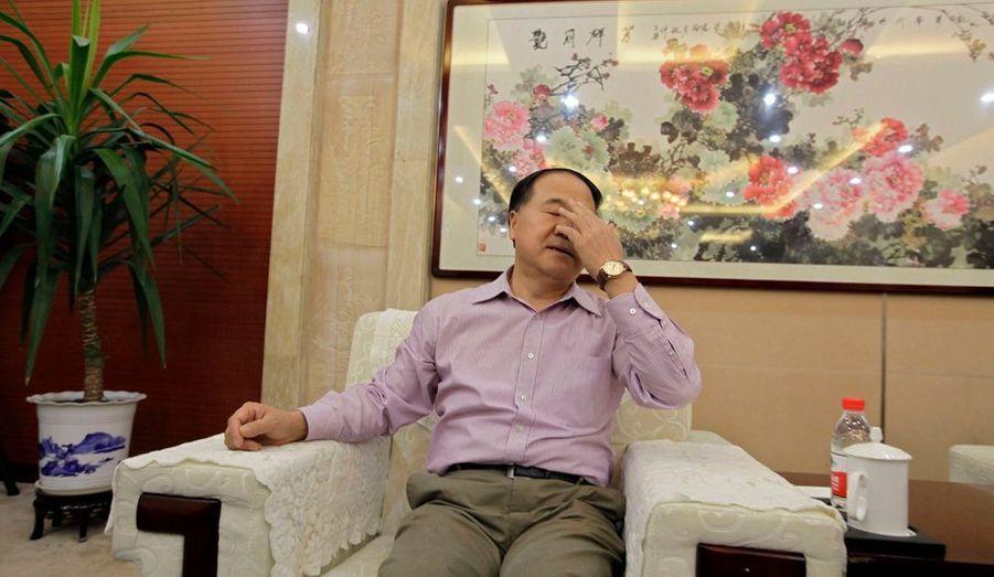 L'écrivain chinois Mo Yan se repose après avoir répondu aux questions des journalistes suite à son prix Nobel de Littérature, dans sa résidence de Gaomi, en Chine.