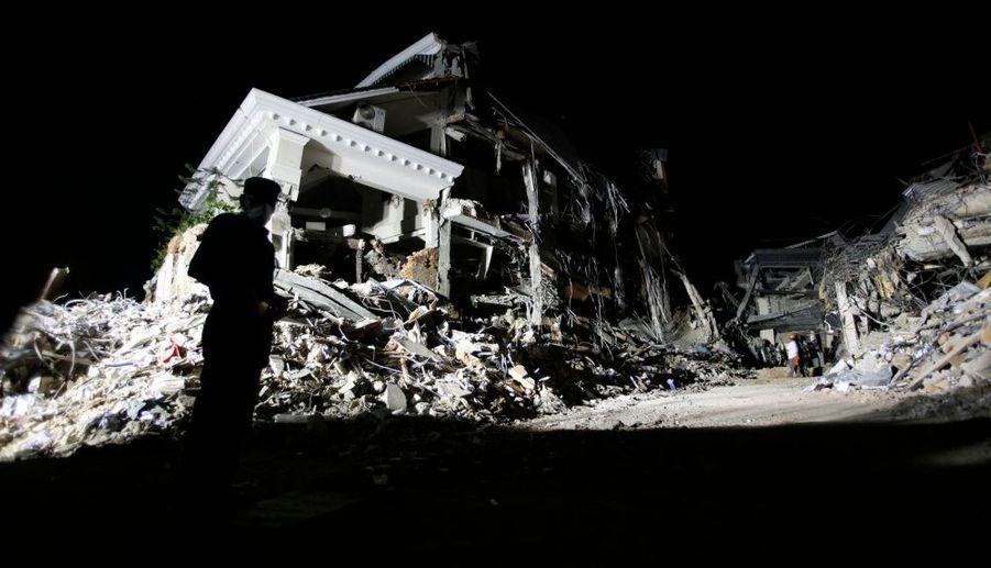 Les autorités ont annoncé l'arrêt des recherches sur l'île de Sumatra, estimant qu'il n'y avait plus aucune chance de retrouver des survivants sous les décombres. La semaine dernière, plusieurs secousses avaient frappé la ville de Padang, ou des milliers de personnes sont toujours portées disparues.