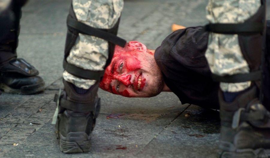 Des heurts ont opposés à plusieurs reprises quelque 5.000 policiers serbes à des militants homophobes dimanche à Belgrade, lors de la Gay pride. Des groupes de nationalistes, de skinheads et de hooligans lançaient des pierres sur des policiers en tenues anti-émeute. D'autres tentaient de bloquer la circulation en renversant des poubelles dans les rues et entonnaient des chants nationalistes. La police a procédé à de nombreuses arrestations, ont rapporté des témoins. La police a estimé à 1.500 le nombre des manifestants.