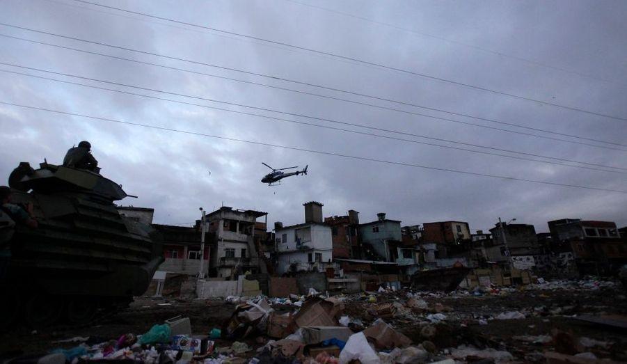 Patrouille de blindés et d'hélicoptères lors d'une opération de pacification dans la favela de Manguinhos,à Rio de Janeiro. Le programme de pacification fait partie des efforts du gouvernement brésilien pour faire combattre le crime et l'insécurité en prévision de la coupe du monde de football en 2014 et des Jeux Olympiques de 2016.
