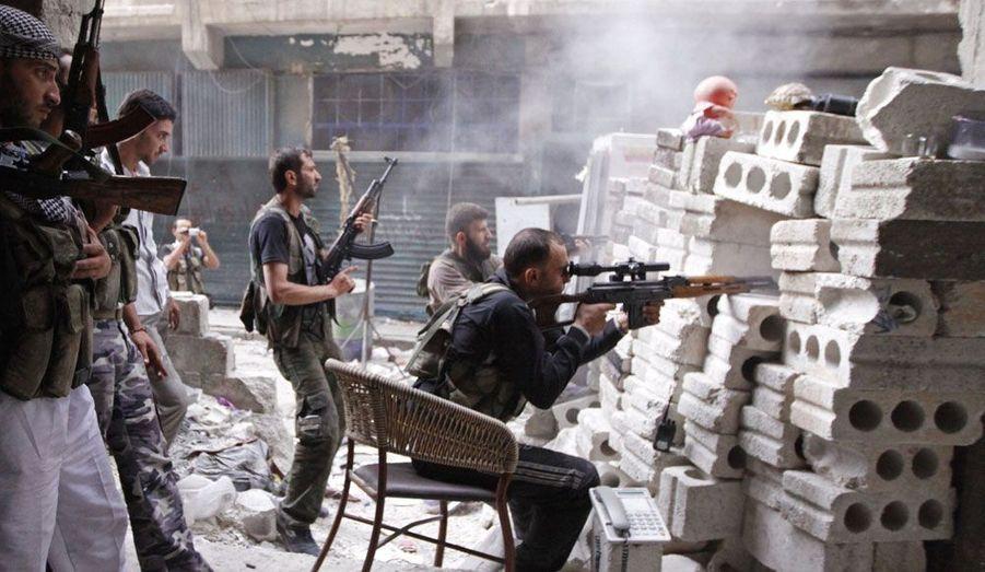 A Alep, des combattants de l'Armée syrienne libre défendent leur position depuis une barricade.