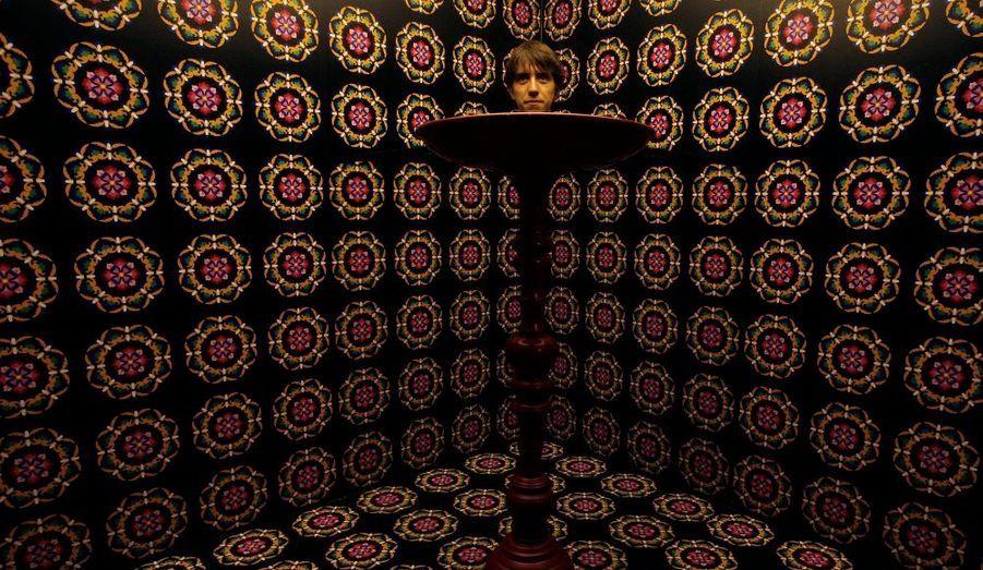 """Un visiteur britannique entre les """"miroirs d'invisibilité"""" au musée des sciences de Hong Kong. Effet d'optique impressionnant..."""