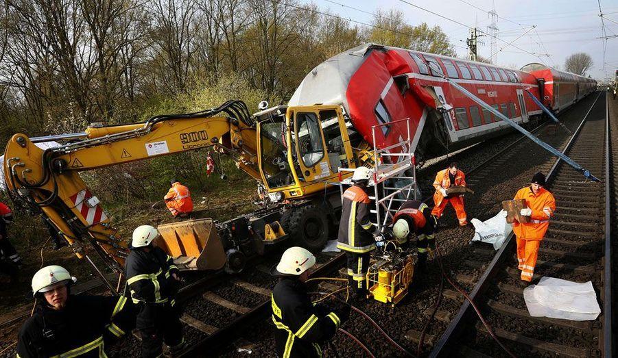 Trois personnes ont trouvé la mort et 13 autres ont été blessées vendredi lorsqu'un train régional a heurté une pelleteuse qui travaillait sur une voie à Muehlheim en Allemagne.