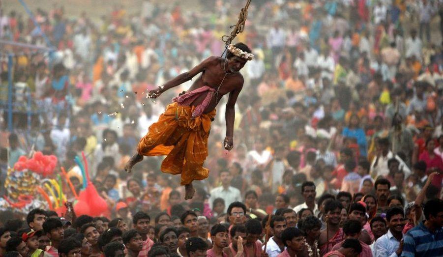 Un dévot hindou est suspendu à une corde pendant le rituel du «Chadak», dans le village de Chandar, à environ 225 km au sud de Calcutta, en Inde. Au dernier jour de l'année civile bengali, des centaines de fidèles sont venus assister au rituel, dédié à Shiva, la déesse hindoue de la destruction et de la renaissance.