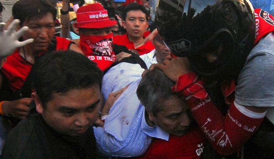 La tension est encore montée d'un cran, en Thaïlande et surtout à Bangkok, malgré l'état d'urgence proclamé par le Premier ministre, Abhisit Vejajjiva. Les manifestants - les chemises rouges comme on les surnomme - ont pris d'assaut le ministère de l'intérieur et ont défié ouvertement le pouvoir en place, et ce en dépit de l'arrestation de leur leader, l'ancien chanteur de pop Arisman Pongreungrong.
