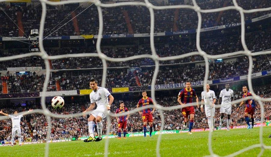 Le Real Madrid et Barcelone se sont séparés sur un score de parité (1-1), lors du premier des quatre clasicos qui a opposé les deux mastodontes du football espagnol lors de la 32e journée de Liga. A un penalty de Messi à la 53e minute de jeu, consécutif à une faute d'Albiol qui s'est d'ailleurs fait expulser sur le coup, Cristiano Ronaldo a répondu par un autre penalty, à la 82e minute. Au classement, les deux formations restent donc séparées de huit points. Real et Barça se retrouveront dès mercredi pour la finale de la Coupe du Roi, à Valence.