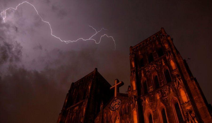 Un éclair frappe la cathédrale Saint-Joseph d'Hanoi, au Vietnam. Et cela donne une photographie spectaculaire que l'on croirait extraite d'un livre sur l'Apocalypse.
