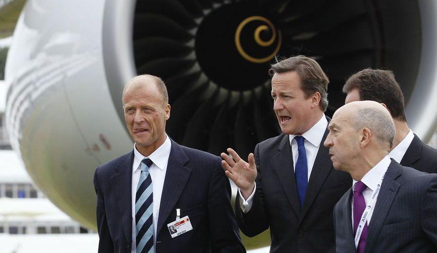 Le Premier ministre britannique, David Cameron, accompagné de Tom Enders, le PDG d'EADS, ont présenté conjointement ce lundi l'airbus A 380 lors du salon aéronautique de Farnborough, dans le sud de l'Angleterre.