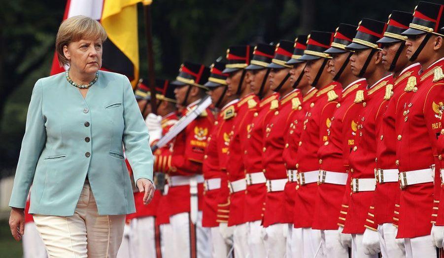 La chancelière allemande, Angela Merkel, s'est rendue ce lundi à Jakarta, en Indonésie, pour une visite d'Etat. Ici, elle passe en revue la garde d'honneur du pays.