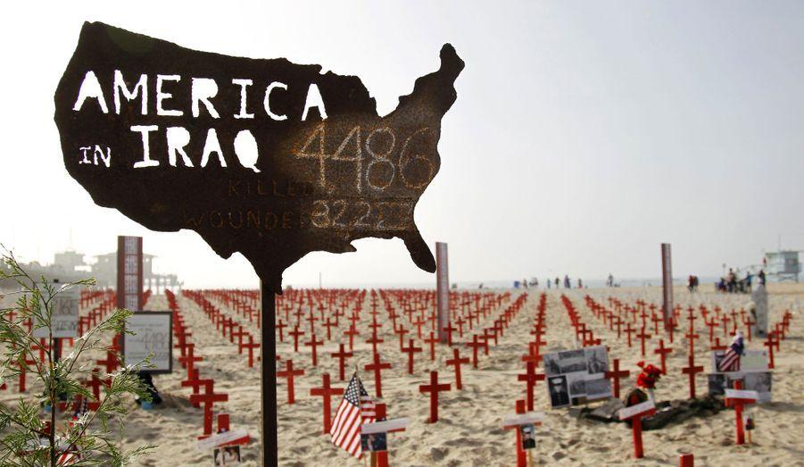 Un panneau temporaire avec le nombre de militaires américains tués et blessés en Irak a été installé sur la plage de Santa Monica, en Californie, à l'initiative d'anciens combattants.