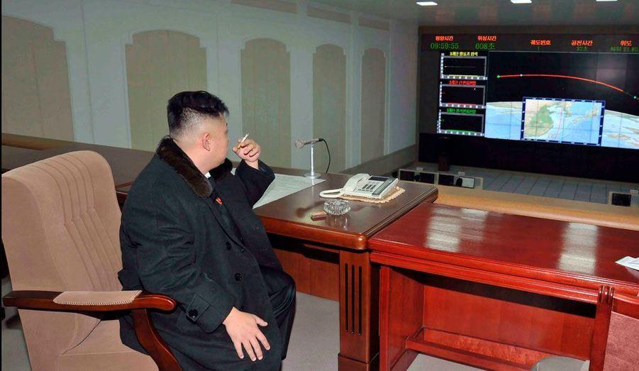 Le dirigeant de la Corée du Nord, Kim Jong-un, observe d'un bureau l'évolution du vol du satellite géostationnaire nord-coréen, mis sur orbite mercredi.