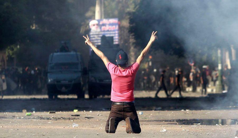 Un manifestant fait le signe de la victoire après des affrontements contre la police le long d'une route qui mène à l'ambassade américaine, près de la place Tahrir au Caire. Depuis deux jours les manifestations anti-américaines s'enchaînent en Egypte et en Lybie. En cause, un film jugé blasphématoire, réalisé par un israélo-américain.