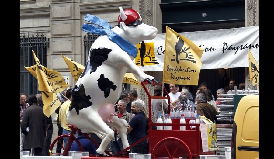 Une sculpture d'une vache laitière en tricycle est vue en face de la Maison du lait qui est occupée par les producteurs laitiers depuis 9 jours, à Paris, pour revendiquer de pouvoir siéger au sein de l'interprofession laitière.