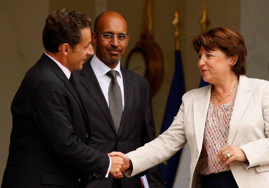 Le président français Nicolas Sarkozy serrant la main de la première secrétaire du Parti Socialiste, Martine Aubry, après une réunion à l'Elysée.