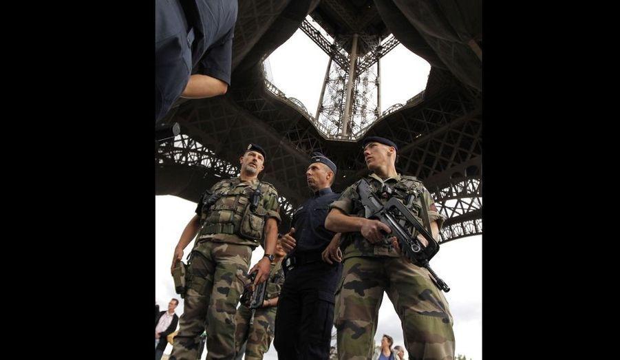 """Brice Hortefeux a annoncé jeudi que la menace terroriste s'était """"réellement renforcée"""" en France ces derniers jours et ces dernières heures. """"La menace terroriste s'est réellement renforcée ces derniers jours et ces dernières heures"""", a-t-il déclaré, cité par l'agence de presse Reuters. Le ministre de l'Intérieur s'exprimait sous les piliers de la Tour Eiffel, qui a été évacuée mardi soir à Paris après une alerte à la bombe, et après l'enlèvement jeudi de cinq Français dans le nord du Niger, une zone où se trouvent des insurgés d'Al-Qaïda au Maghreb islamique (Aqmi)."""
