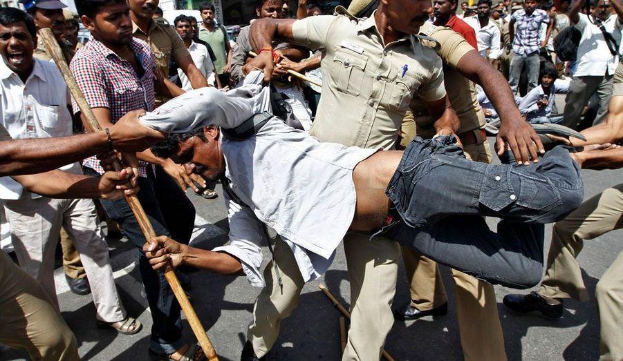 Les autorités soulèvent un manifestant durant une marche en protestation contre l'ouverture du plus important projet de centrale nucléaire en Inde.