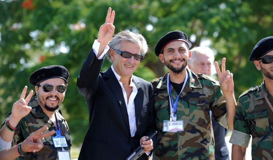 Bernard Henri-Levy avec un membre du Conseil national de transition (CNT) libyen, à Tripoli.