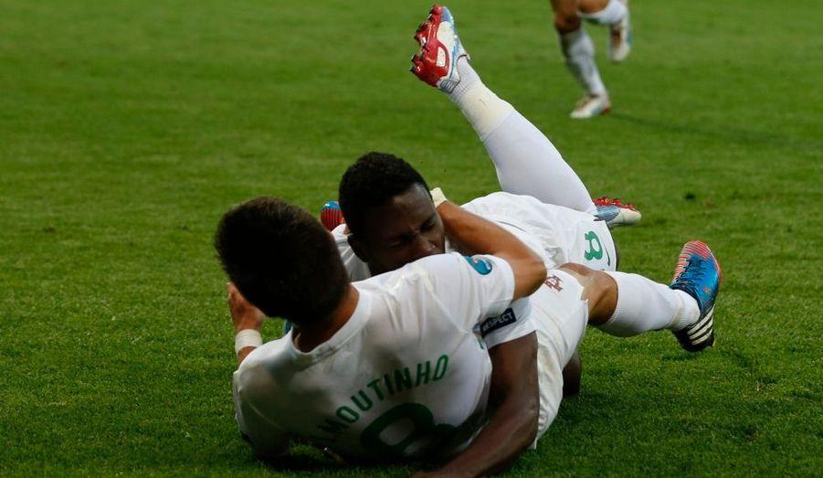 Les Portugais sont toujours en vie dans le très relevé groupe B de l'Euro 2012. Après leur défaite initiale contre l'Allemagne (0-1), Cristiano Ronaldo et ses coéquipiers ont battu mardi, à Lviv, le Danemark lors de la deuxième journée (3-2). Pepe (24e) et Helder Postiga (36e) ont mis le Portugal sur la voie d'une victoire aisée mais Bendtner, auteur d'un doublé (41e et 80e), a relancé le suspense, aidé par la star du Real Madrid, qui a raté deux grosses occasions de mettre son équipe à l'abri. Heureusement pour la Selecçao, Varela (photo) a surgi en fin de match (87e)...