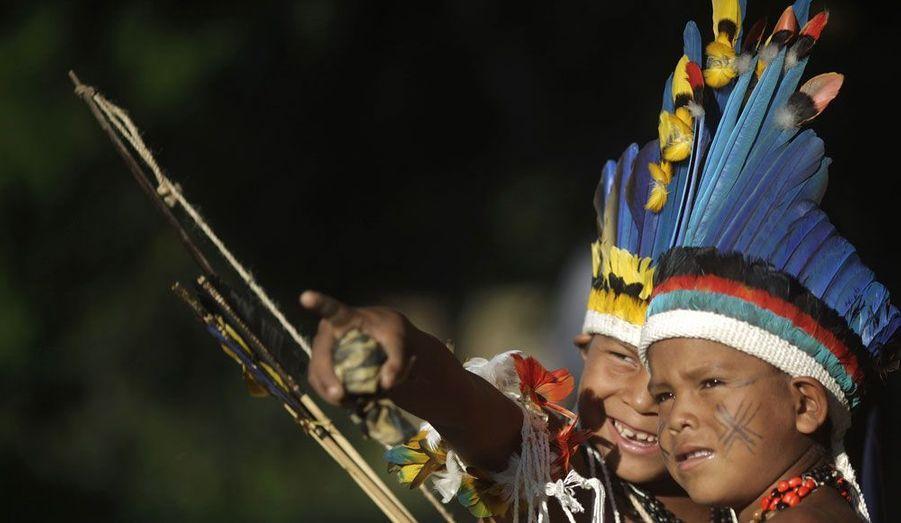 """Des enfants de la tribu brésilienne Paresi discutent ensemble dans le village de Kari-Oca. Les peuples autochtones de nombreux pays se sont réunis ici à l'occasion de la conférence des Nations Unies pour le développement durable, """"Rio +20"""" qui se tiendra du 20 au 22 juin."""