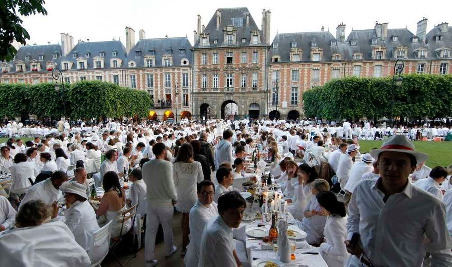 """Environ 7000 personnes ont participé jeudi soir au très secret """"dîner en blanc"""" qui se déroulait place des Vosges à Paris. Cette soirée en plein air a été inventée en 1988 par le Français François Pasquier qui avait envie, avec ses amis, de dîner devant les plus beaux monuments de Paris."""