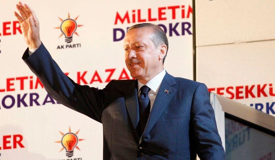 Le Parti de la justice et du développement (AKP), formation islamo-conservatrice au pouvoir depuis 2002, est arrivé en tête des élections législatives, dimanche, en Turquie. Une nouvelle victoire pour son chef de file, le Premier ministre Recep Tayyip Erdogan qui devrait entamer ainsi son troisième mandat.