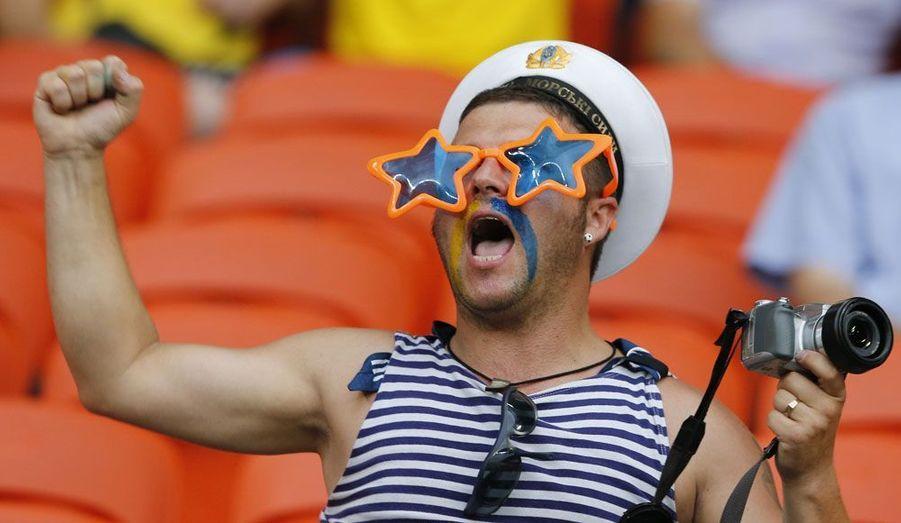 Un fan de l'équipe d'Ukraine est photographié avant la rencontre contre la France, ce soir au stade Donbass Arena de Donetsk.
