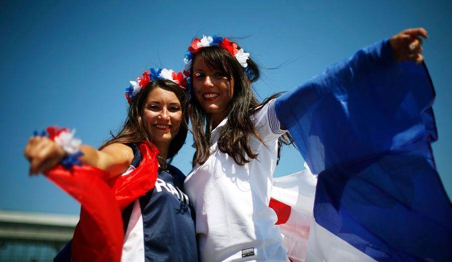 Deux supportrices de l'équipe de France de football ont été photographiées devant le Donbass Arena de Donetsk en Ukraine. Elles viennent assister à la rencontre entre les Bleus et les Anglais qui doit se jouer en fin de journée.
