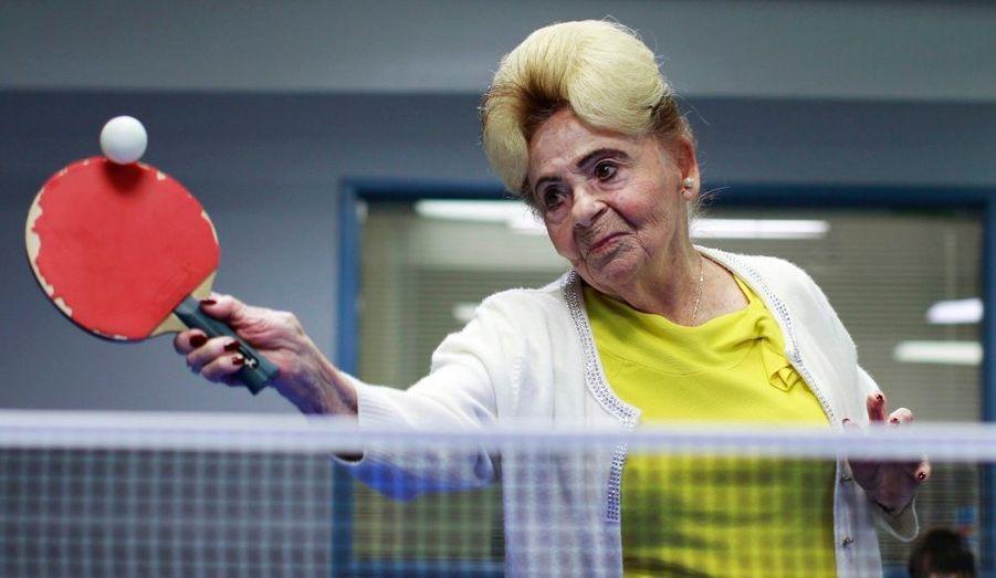 Betty Stein, 92 ans, joue au tennis de table au sein d'un programme de thérapie pour personnes atteintes de démence ou de la maladie d'Alzheimer. Ce sport pourrait, selon le directeur du centre, aider le coeur des personnes âgées à travailler plus, et exercer leur corps et leur esprit.