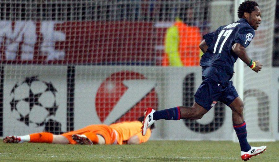 L'Olympique Lyonnais a fait sensation en dominant le Real Madrid (1-0), lors du match aller des huitièmes de finale de la Ligue des Champions. Les Gones se sont imposés grâce à un superbe but de Jean II Makoun, auteur d'une frappe de 25 mètres en pleine lucarne. Le match retour sera joué dans deux semaines à Santiago-Bernabeu.