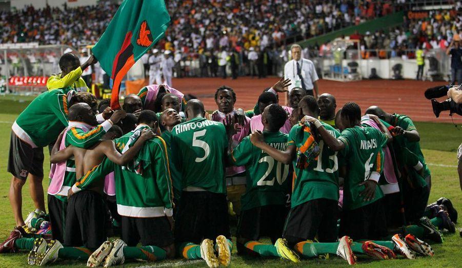 La 28e édition de la Coupe d'Afrique des nations a vu le sacre de la Zambie ce dimanche à Libreville après sa victoire décrochée aux dépens de la Côte d'Ivoire à l'issue de la séance de tirs au but (8-7 après un match nul et vierge 0-0). Les Chipolopolos de Hervé Renard décrochent leur premier titre à l'échelle continentale alors que les Éléphants pourront avoir des regrets, Didier Drogba ayant notamment vu son penalty détourné par Kennedy Mweene à la 70e minute de jeu.