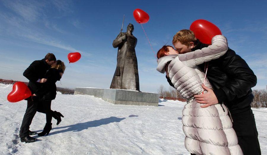 À l'occasion de la Saint-Valentin, une télévision locale russe a organisé un «flash mob» ou «mobilisation éclair» en français. Résultat, plusieurs couples se sont enlacés et embrassés en même temps dans la ville de Stavropol dans le sud du pays.