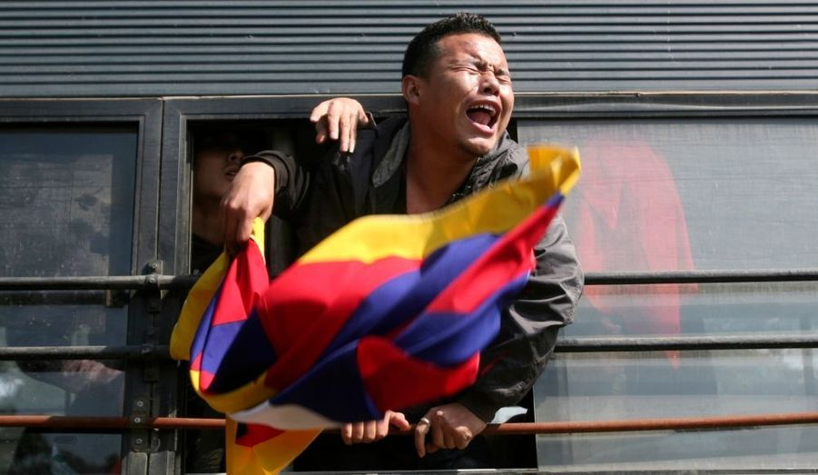 Un exilé tibétain continue de crier ses revendications depuis un véhicule de police, après avoir été arrêté lors d'une manifestation devant l'ambassade de Chine à New Delhi.