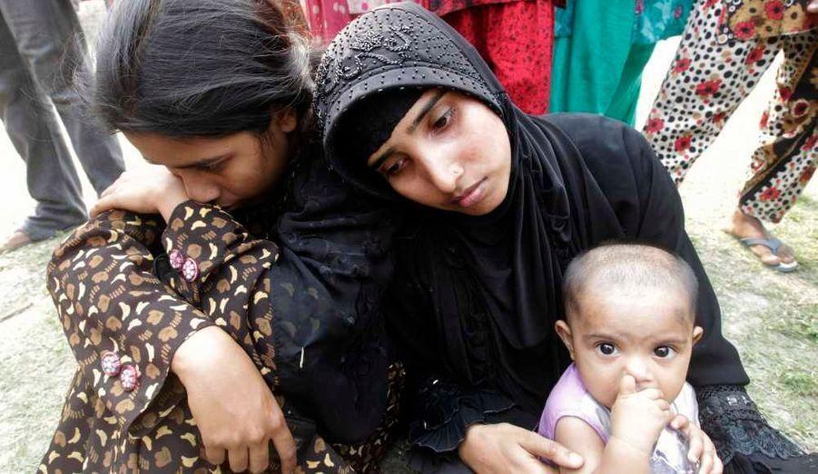 Une femme ayant perdu son mari, dans le naufrage d'un ferry, mardi, après avoir été heurté par un autre bateau au milieu du fleuve Meghna, au sud-est de la capitale du Bangladesh, Dacca. Au moins 150 personnes des plus de 200 passagers sont portés disparues depuis le drame.