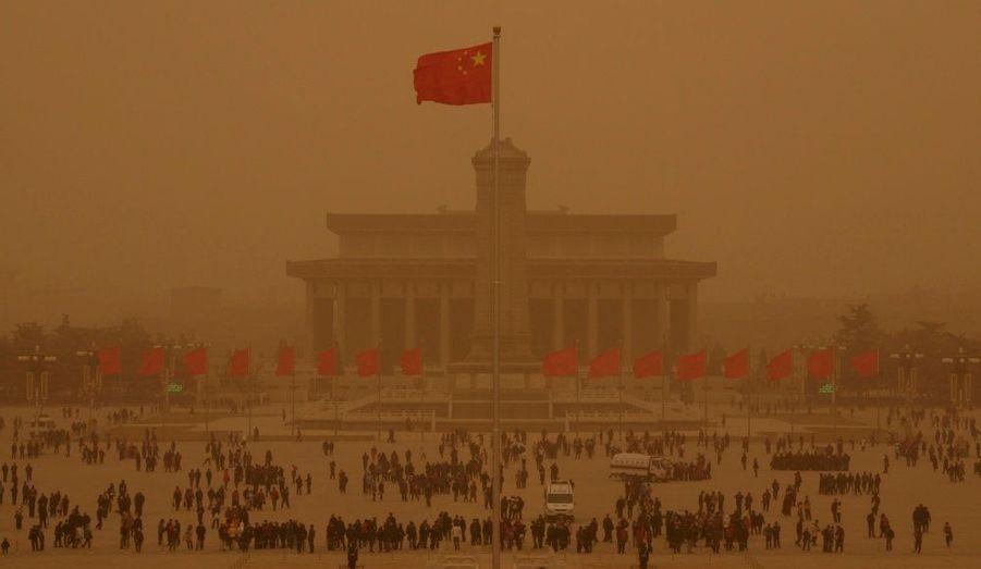 Des tonnes de sable ont déferlé sur Pékin vers minuit, et se dirigent vers le sud-est. Les autorités chinoises ont diffusé une alerte à la pollution de l'air. Le phénomène montre la dégradation de l'environnement en Chine, où les déserts progressent, malgré les projets de plusieurs millions de dollars financés par le gouvernement.