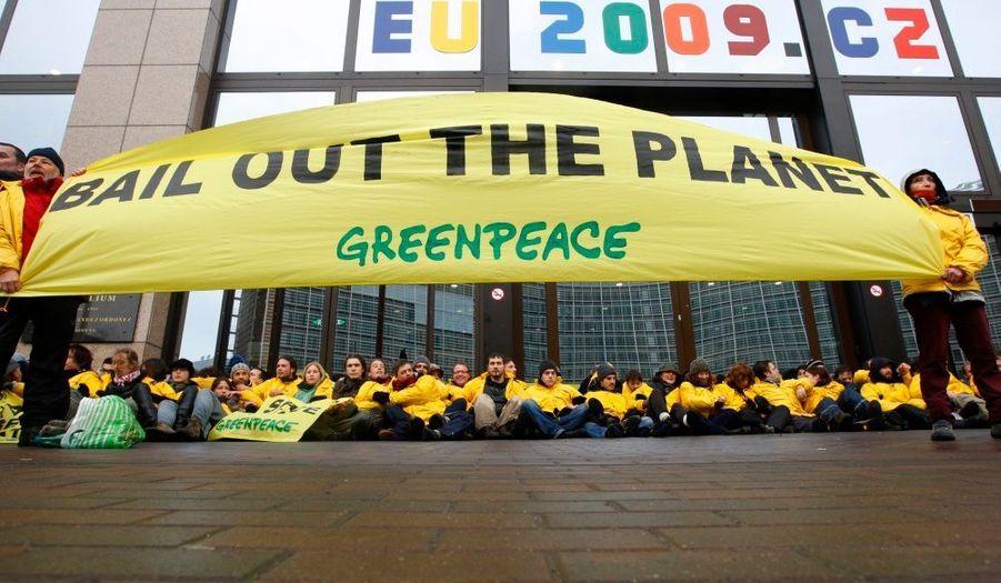 Une centaine de militants écologistes ont bloqué l'entrée du siège de l'Union européenne jeudi à Bruxelles pour inciter les ministres des Finances réunis à l'intérieur à se pencher à aider les pays pauvres à s'attaquer au problème du changement climatique. Ils se sont enchaînés aux grilles d'entrée de l'immeuble du Conseil européen où les ministres discutaient de la contribution de l'UE à un fonds sur le climat, avant que la police ne les évacue.