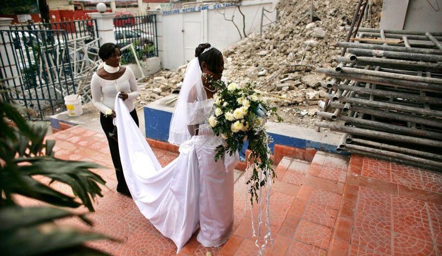 En Haïti, la vie continue. Une jeune femme attend ici avant son mariage, dans la cathédrale de Port-au-Prince.
