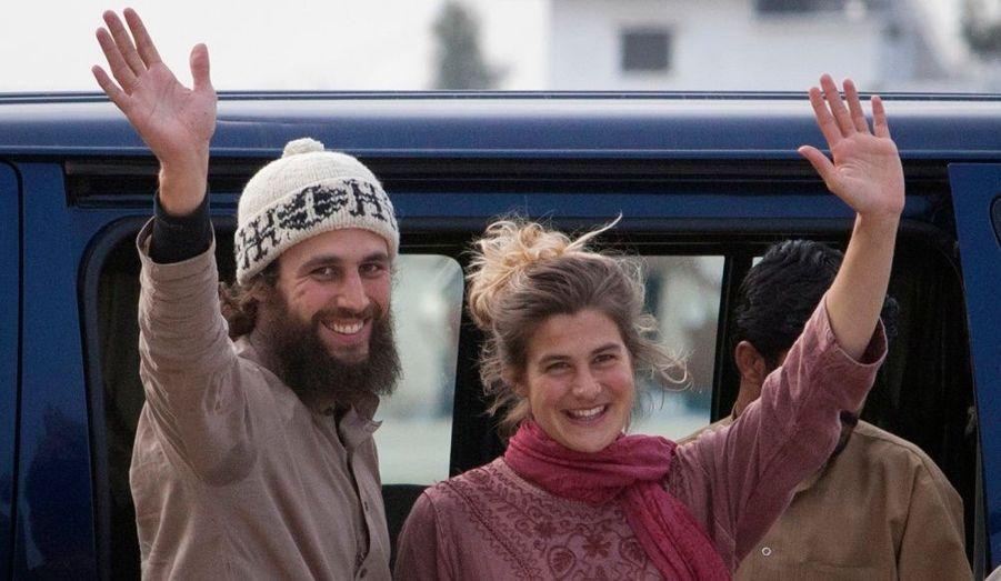 Olivier David Och et Daniela Widmer, un couple suisse qui avait été enlevé par les taliban en juillet dernier, saluent les médias venus les accueillir à la base militaire de Rawalpindi, au Pakistan.