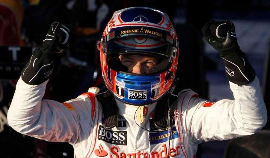 Jenson Button s'est adjugé le Grand Prix d'Australie, dimanche, au volant de sa McLaren. Deuxième sur la grille de départ, le Britannique a sauté son coéquipier Lewis Hamilton dès l'extinction des feux pour ensuite dominer la course de bout en bout. Derrière, Sebastian Vettel n'a rien lâché, arrachant sur Red Bull la deuxième place devant la seconde MP4-27. Mark Webber (Red Bull) et Fernando Alonso (Ferrari) suivent, Kimi Räikkönen sauvant lui l'honneur de Lotus en terminant septième alors que Romain Grosjean a dû jeter l'éponge dès le 2e tour. A noter le beau Grand Prix de Jean-Eric Vergne, dans les points à quelques encablures de l'arrivée et finalement 11e au volant de sa Toro Rosso.