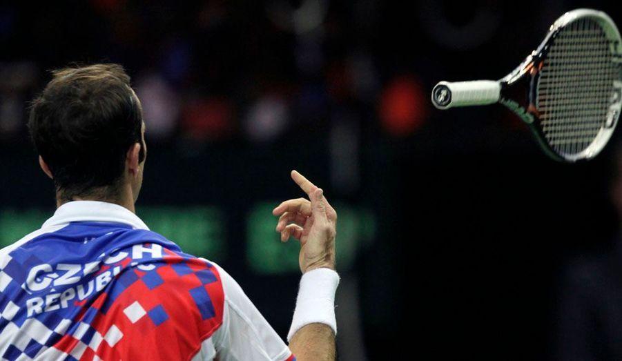 Le joueur de tennis tchèque Radek Stepanek jette sa raquette de rage après avoir été battu par l'Espagnol David Ferrer lors du premier match de la finale de Coupe Davis qui oppose les deux pays.