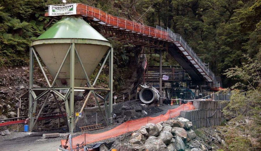 Les efforts visant à secourir 29 mineurs bloqués sous terre en Nouvelle-Zélande après une explosion dans une mine de charbon étaient à nouveau retardés ce week-end. Les autorités ont en effet annoncé qu'il faudrait creuser un nouveau puits pour tester la qualité de l'air avant que les équipes de secours puissent descendre. Aucun contact n'a encore pu être pris avec les mineurs depuis l'explosion survenue vendredi après-midi dans une mine située sur la côte ouest de l'Ile du Sud, à 200 km au sud-ouest de Wellington, la capitale néo-zélandaise.