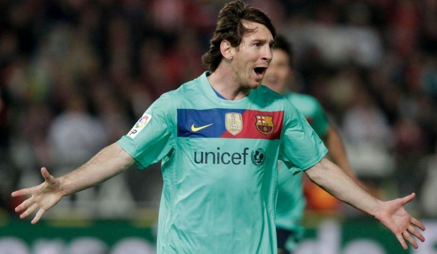 """Une démonstration. A un peu plus d'une semaine du clasico et de la réception du Real Madrid au Camp Nou, le FC Barcelone a offert samedi un récital sur le terrain d'Almeria, formation andalouse écrasée 8-0 ! Un triomphe auquel Lionel Messi est tout sauf étranger, le prodige argentin ayant inscrit un triplé (17e, 37e, 67e) dans une rencontre de la 12e journée du championnat espagnol qui lui a permis de passer la barre des 100 buts inscrits en Liga. """"La Pulga"""" a également fait preuve d'altruisme en délivrant deux passes décisives à Bojan (62e, 73e) alors qu'Andres Iniesta (19e), Pedro (35e) et le malheureux Acasiete (27e), buteur contre-son-camp, ont également participé à la démonstration catalane."""