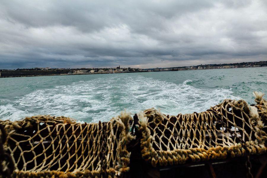Vendredi 28 octobre. Midi. Le «Schneivin's» quitte le port de Dieppe où il vient de passer une demi-heure pour décharger son quota de coquilles.