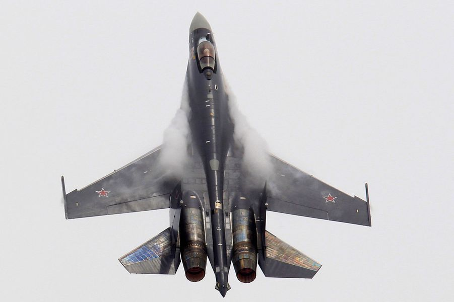 Le 50ème salon du Bourget s'est ouvert lundi. Un rendez-vous crucial pour l'industrie aéronautique, sur fond de l'éternelle rivalité entre Airbus et Boeing, mais aussi un véritable festival pour les passionnés. Ici, un avion de combat russe Sukhoi Su-35, équipé de moteurs spéciaux permettant d'orienter la poussée pour augmenter la manœuvrabilité.