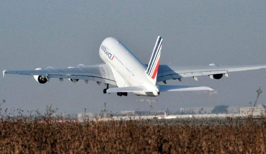 C'est aujourd'hui le grand jour pour l'Airbus A380 d'Air France. L'avion a effectué son vol inaugural ce vendredi, en décollant à 11h40 de l'aéroport parisien de Roissy à destination de New York avec plus de 500 passagers à bord, marquant le début de l'exploitation commerciale de l'avion géant par une compagnie européenne.