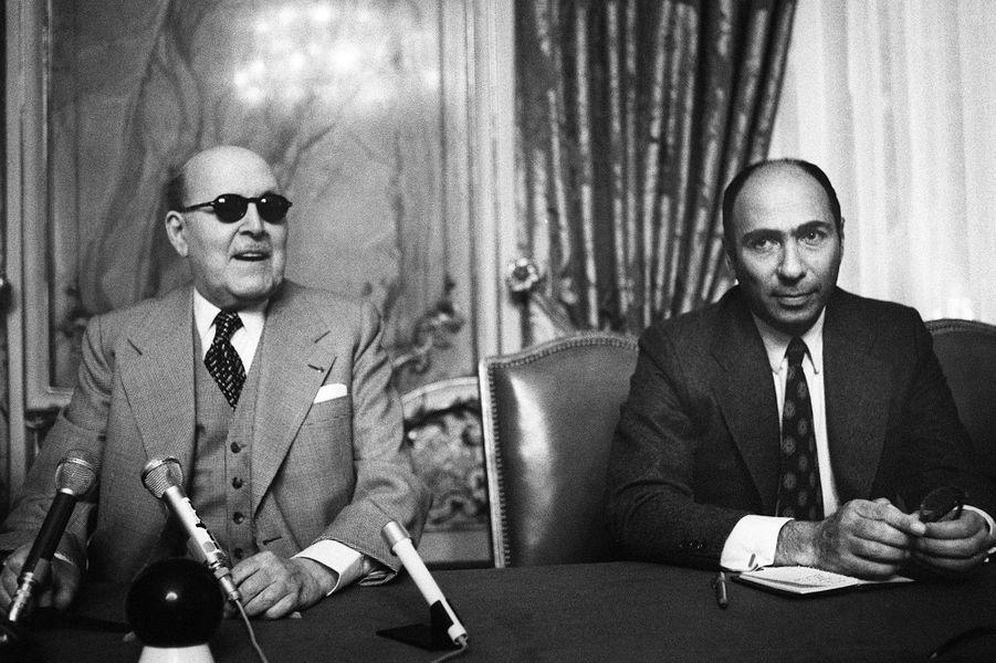 Marcel Dassault avec son fils Serge, le 5 novembre 1975. Ingénieur, ancien élève de Supaéro, Serge prendra le contrôle du groupe en 1987.