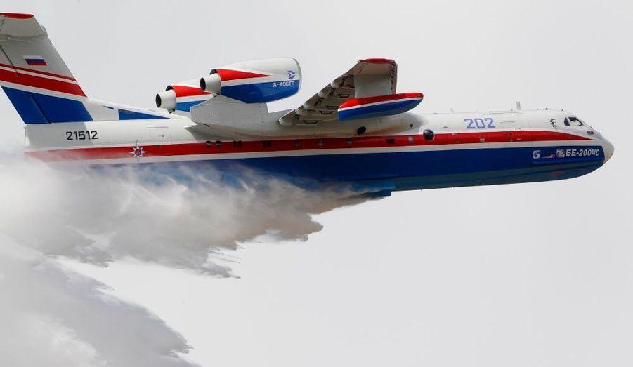 Le Beriev 202 effectue une démonstration au Bourget. Cet appareil russe est destiné à la lutte anti-incendies.
