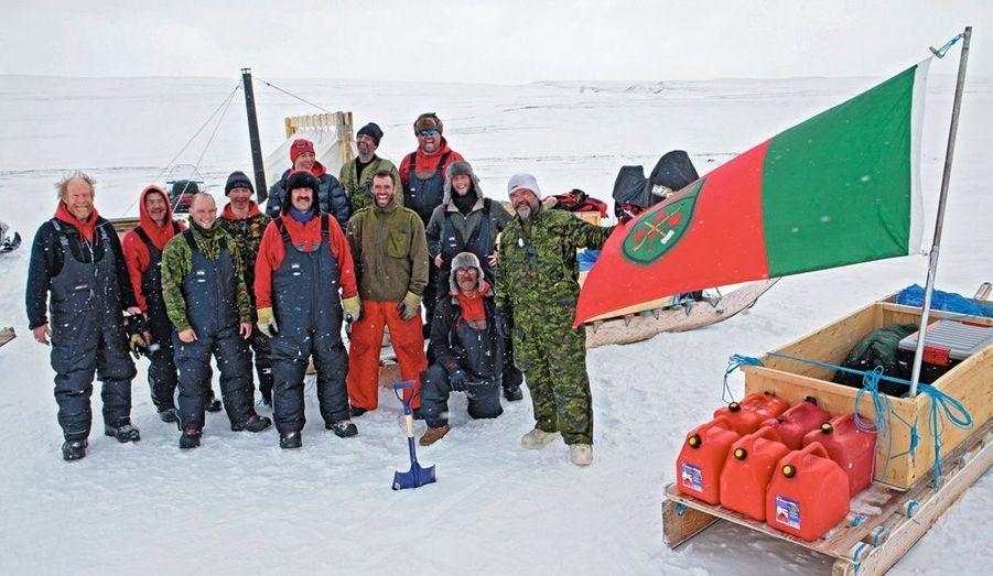 Sous le drapeau des rangers, et près de leur précieuse cargaison de jerricans d'essence, la patrouille de notre reporter, composée de soldats canadiens, d'Indiens des tribus boréales, de quatre Inuits et d'un trappeur d'origine allemande…